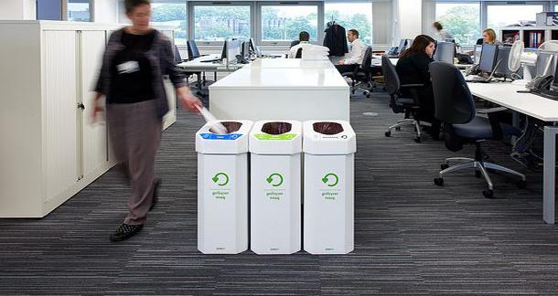 Урны для раздельного сбора мусора установленные в офисе